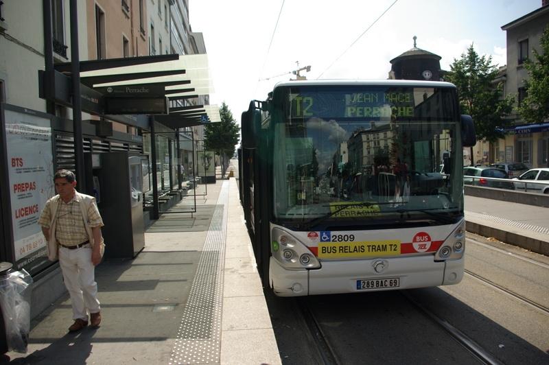 Citelis 18 sur la plateforme du tram T2